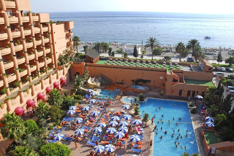 Suites junior con jacuzzi y habitaciones con terraza con jacuzzi en el Hotel Almunecar Playa Spa