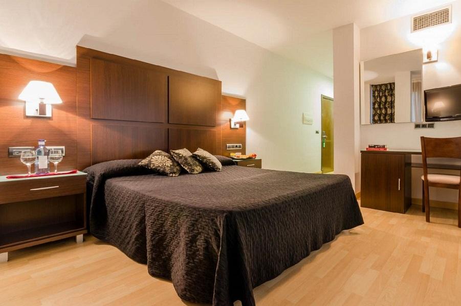 En el Hotel Conquista de Granada puedes disfrutar de habitaciones con jacuzzi privado en la terraza