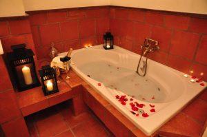 Foto del jacuzzi en la suite del Hotel Los Cerezos donde puedes disfrutar de un jacuzzi y estar cerca de Sierra Nevada y también de Granada